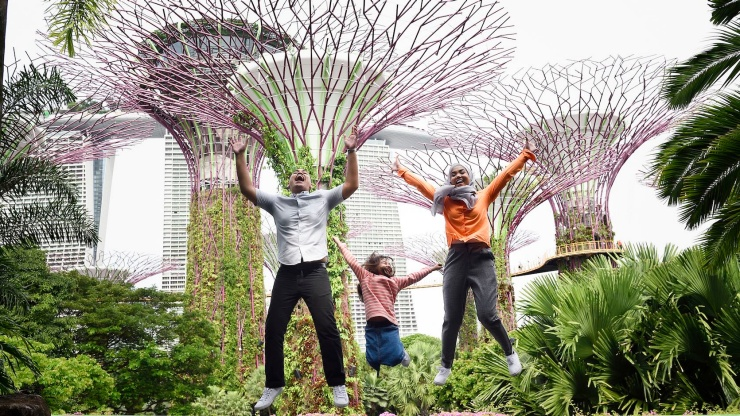 Familie springt im Supertree Grove in den Gardens by the Bay in die Luft