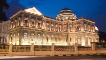 Fassade des National Museum of Singapore bei Nacht.