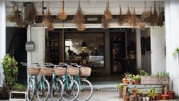 Mặt tiền của Plain Vanilla Bakery với xe đạp đậu phía trước