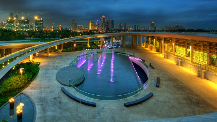 The Marina Barrage fountain at night