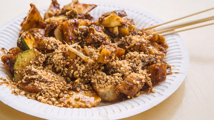 A plate of rojak sprinkled with peanuts