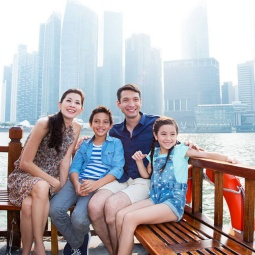 A family on a cruise down Singapore River.
