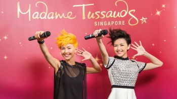 Stefanie Sun imitating her wax figure at Madame Tussauds.