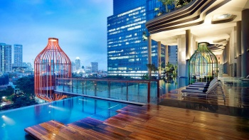 Infinity pool and poolside cabanas overlooking the Singapore Skyline at PARKROYAL on Pickering