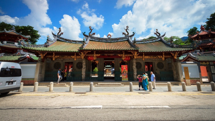 The majestic frontal façade of the Thian Hock Keng Temple.