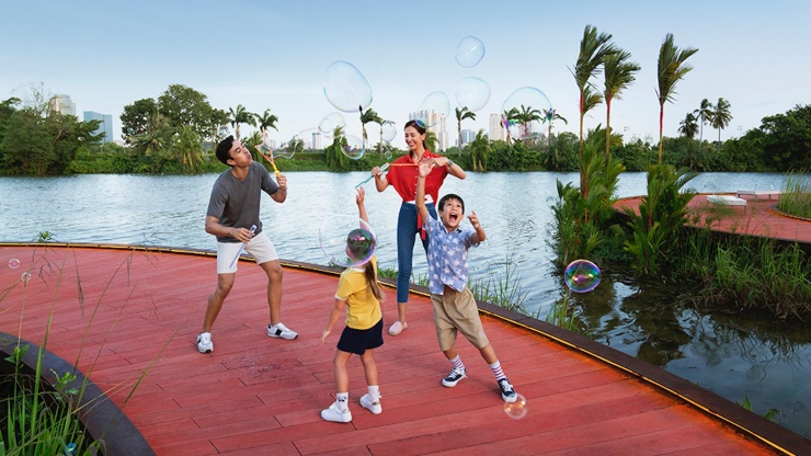 Family playing with bubbles on the Rasau Walk boardwalk in Jurong Lake Gardens