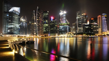 Marvel at the collection of architectural icons that dot the impressive Marina Bay skyline.